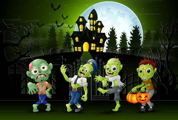 Niños zombie felices al aire libre con fondo de casa embrujada