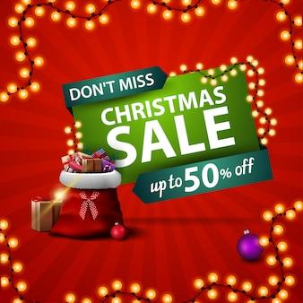 No se pierda, venta de navidad, pancarta de descuento roja cuadrada con bolsa de santa claus con regalos