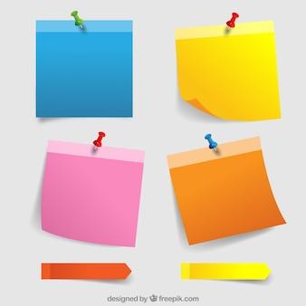 Notas de paper coloridas con chinchetas