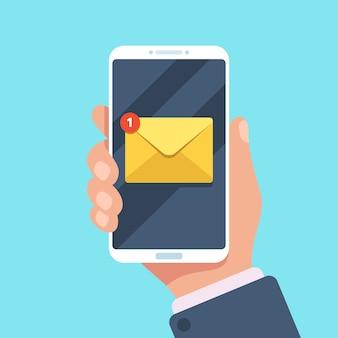 Notificación por correo electrónico en el teléfono inteligente en la mano