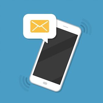 Notificación de mensaje nuevo con icono de sobre en el teléfono inteligente