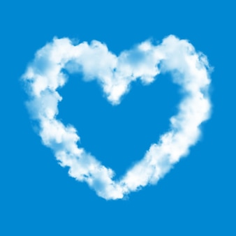 Nube de corazón sobre fondo de cielo azul realista de amor