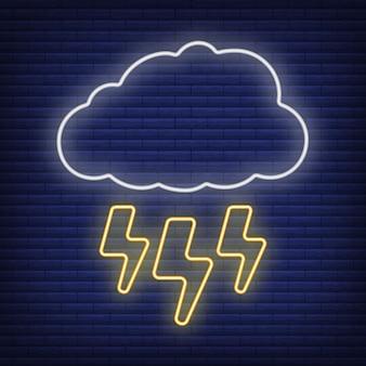 Nube con icono de tormenta de relámpago resplandor estilo neón, ilustración de vector plano de contorno de condición climática de concepto, aislado en negro. fondo de ladrillo, material de etiqueta climática web.