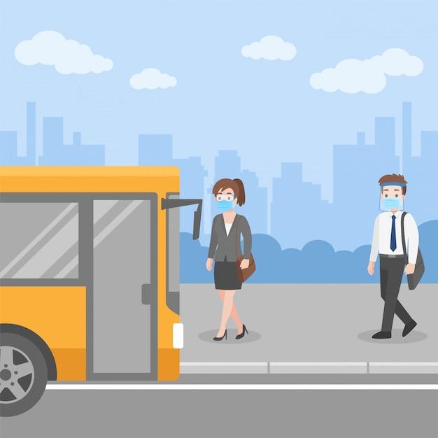 Nueva vida normal personas subiéndose al transporte en la parada de autobús