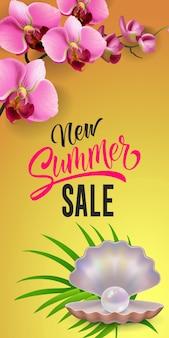 Nuevas letras de venta de verano. inscripción moderna con perla en cáscara en hoja tropical