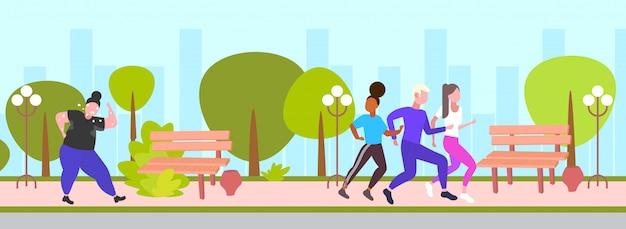 Obeso gordo cansado mujer corriendo al aire libre con los corredores de raza mixta grupo sobredimensionado graso cardio entrenamiento de pérdida de peso concepto urbano parque paisaje urbano fondo integral horizontal