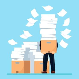 Ocupado empresario con pila de documentos en cartón