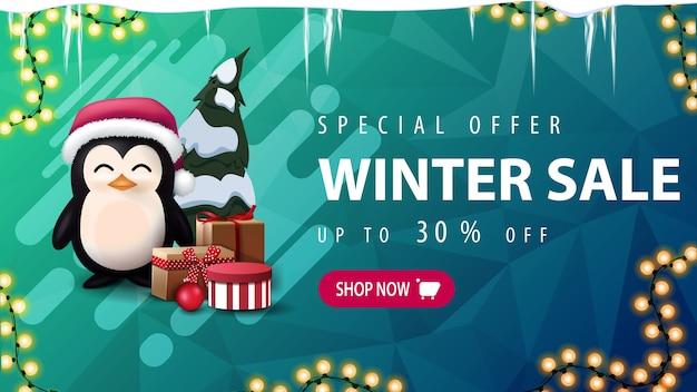 Oferta especial, rebajas de invierno, hasta 30 de descuento, banner de descuento verde con carámbanos, guirnalda, botón rosa, formas líquidas y pingüino con gorro de papá noel con regalos