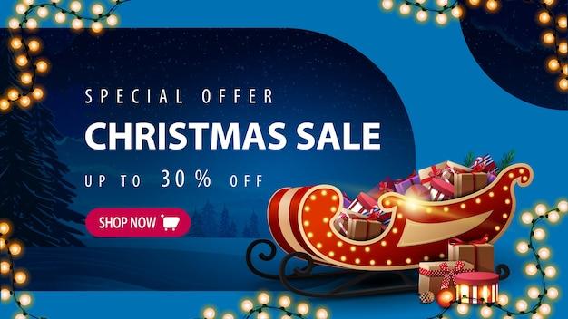 Oferta especial, rebajas de navidad, hasta 30 de descuento, banner de descuento azul con paisaje invernal tintado, guirnalda, botón rosa y trineo de papá noel con regalos