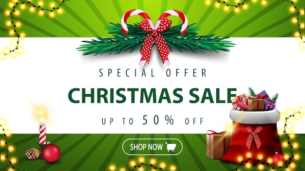 Oferta especial, rebajas de navidad, hasta 50 de descuento, estandarte verde con franja blanca horizontal, corona de árbol de navidad, vela y bolsa de papá noel con regalos