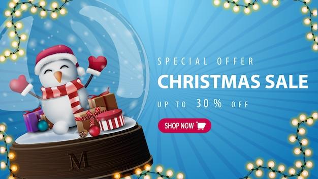 Oferta especial, rebajas navideñas, hasta 30 de descuento, con muñeco de nieve con gorro de papá noel con regalos en el interior