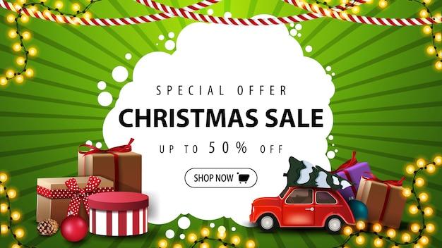 Oferta especial, rebajas navideñas, hasta 50 de descuento, pancarta verde y blanca con regalos, guirnalda y un auto antiguo rojo con árbol de navidad