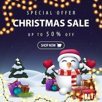 Oferta especial, venta de navidad, hasta 50 de descuento, banner de descuento cuadrado azul con paisaje invernal de dibujos animados, guirnalda y muñeco de nieve con sombrero de santa claus con regalos