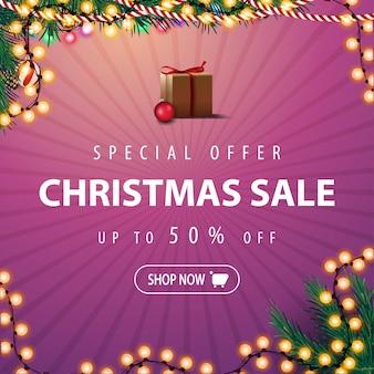 Oferta especial, venta de navidad, hasta 50% de descuento. banner de descuento rosa con ramas de árboles de navidad y guirnaldas.