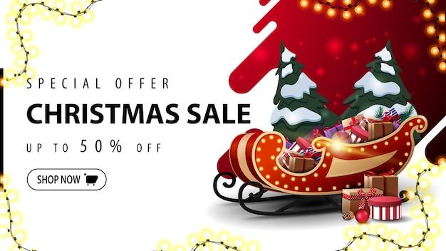 Oferta especial, venta de navidad, hasta 50% de descuento, banner web de descuento rojo y blanco con forma abstracta líquida en el fondo, marco de guirnalda y trineo de santa con pila de regalos