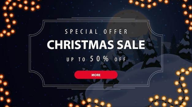 Oferta especial, venta de navidad, hasta 50% de descuento, hermoso banner de descuento con paisaje azul de invierno en el fondo y oferta en marco vintage