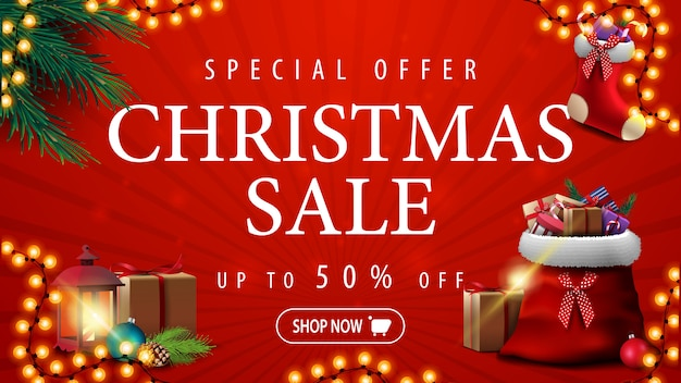 Oferta especial, venta de navidad, hasta 50% de descuento, pancarta de descuento roja con guirnalda, ramas de árboles de navidad, calcetín de navidad y bolsa roja de papá noel con regalos