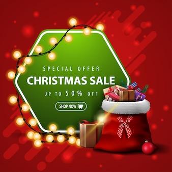 Oferta especial, venta de navidad, hasta 50% de descuento, pancarta roja y verde cuadrada con guirnalda y bolsa de papá noel con regalos