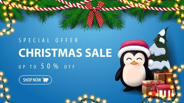 Oferta especial, venta de navidad, banner de descuento azul con pingüino en gorro de papá noel con regalos