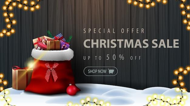 Oferta especial, venta de navidad, banner de descuento con bolsa de santa claus con regalos