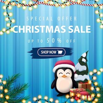 Oferta especial, venta de navidad, banner de descuento cuadrado azul con pingüino en sombrero de santa claus con regalos