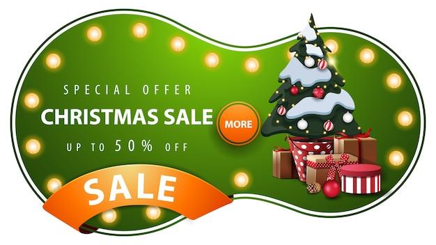 Oferta especial, venta de navidad, banner de descuento verde con forma redonda abstracta, bombillas, cinta naranja y árbol de navidad en una maceta con regalos