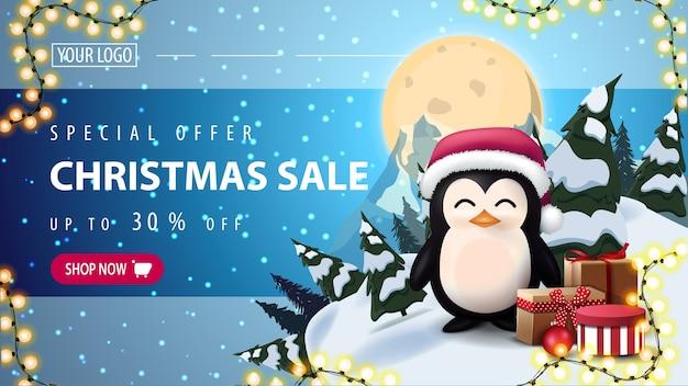 Oferta especial, venta de navidad, banner web de descuento horizontal con cielo estrellado, luna llena, montaña y pingüino con sombrero de santa claus con regalos