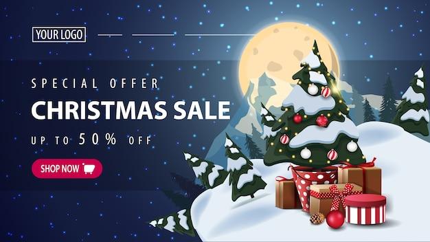 Oferta especial, venta de navidad, banner web de descuento horizontal con noche estrellada, luna llena, silueta del planeta y árbol de navidad en una maceta con regalos