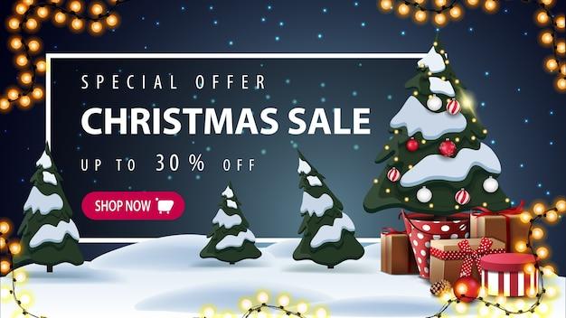Oferta especial, venta de navidad, hermoso banner de descuento con paisaje de invierno de dibujos animados en el fondo, guirnalda, árbol de navidad en una maceta con regalos y marco blanco con oferta detrás de los ventisqueros