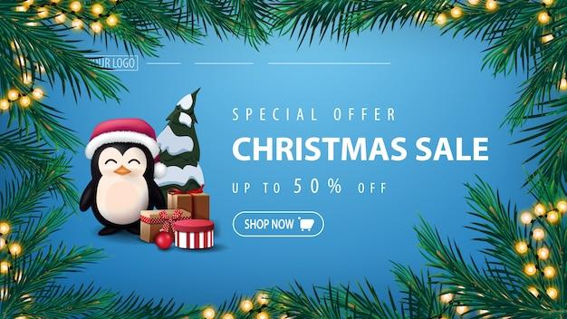 Oferta especial, venta de navidad, pancarta azul con pingüino en gorro de papá noel con regalos