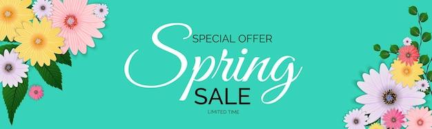 Oferta de promoción, tarjeta para la temporada de rebajas de primavera con decoración de plantas, hojas y flores de primavera.