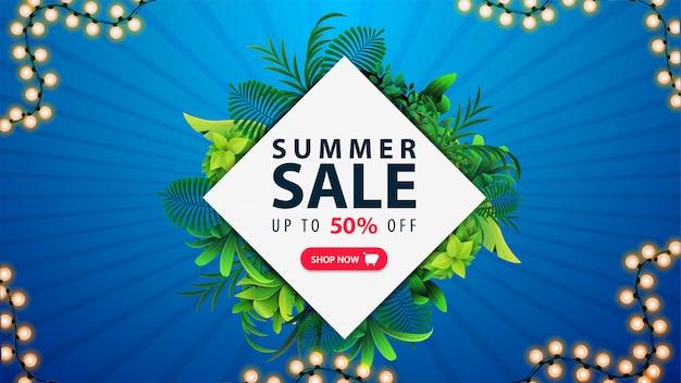 Oferta de verano, banner de descuento con marco en forma de diamante de hojas tropicales alrededor de la oferta, botón rosa y marco de guirnalda sobre fondo azul