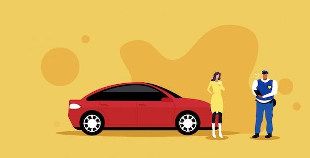 Oficial de policía escribiendo informe multa de estacionamiento o multa por exceso de velocidad para empresaria mostrando licencia de conducir concepto de normas de seguridad vial