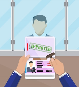 Oficial poniendo un sello en el pasaporte