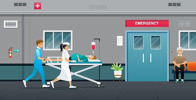 Oficiales y enfermeras están enviando a la mujer embarazada a la sala de emergencias.