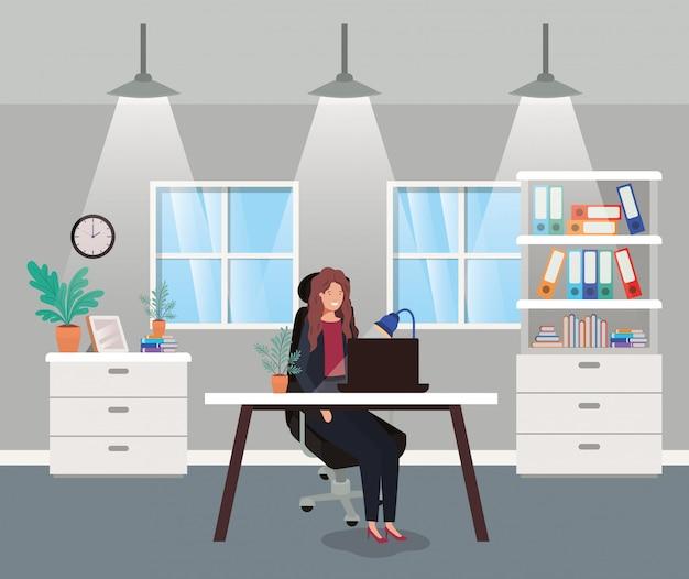 Oficina moderna con empresaria sentado
