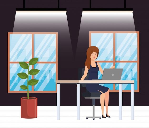Oficina moderna con empresaria