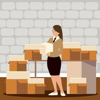 Oficina de mujer trabajadora con varios papeles de pila en cajas