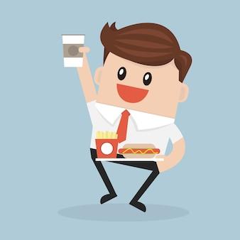 Oficinista o gerente que lleva una bandeja con papel taza de café, perro caliente y caja de papas fritas