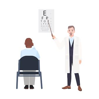 Oftalmólogo con puntero de pie junto a la tabla optométrica y comprobando la vista del hombre sentado frente a ella