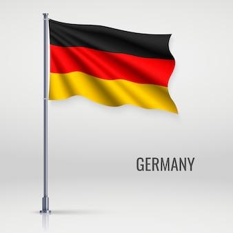 Ondeando la bandera en asta de bandera.