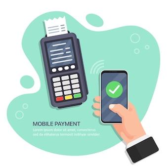 Operación de pago exitosa. el terminal pos confirma el pago por teléfono inteligente. mano que sostiene el teléfono inteligente con pago móvil