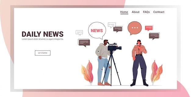 Operador masculino con reportera presentando periodista de noticias en vivo y camarógrafo haciendo informe juntos película haciendo concepto horizontal copia espacio ilustración