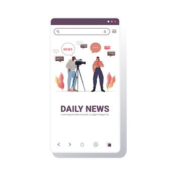 Operador masculino con reportero femenino presentando periodista de noticias en vivo y camarógrafo haciendo informe juntos película haciendo concepto smartphone pantalla copia espacio ilustración
