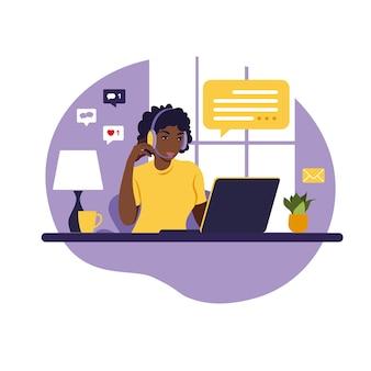 Operador niña africana con computadora, auriculares y micrófono. subcontratar, asesorar, trabajar en línea, eliminar trabajo. centro de llamadas. ilustración plana sobre fondo blanco.