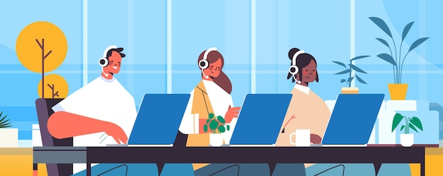 Operadores con auriculares charlando con clientes agentes del centro de llamadas que trabajan en la oficina retrato de servicio de atención al cliente