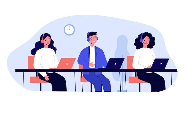 Operadores de call center sonrientes en la oficina