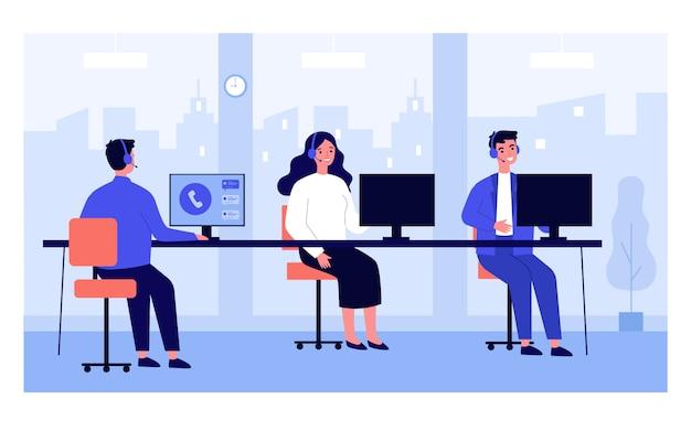 Operadores de centros de llamadas en sus lugares de trabajo de oficina