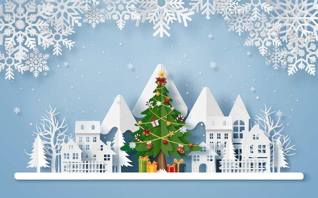 Origami papel arte de árbol de navidad en el pueblo con la montaña