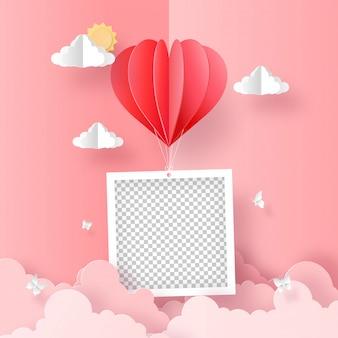Origami paper art de foto en blanco con globo en forma de corazón en el cielo